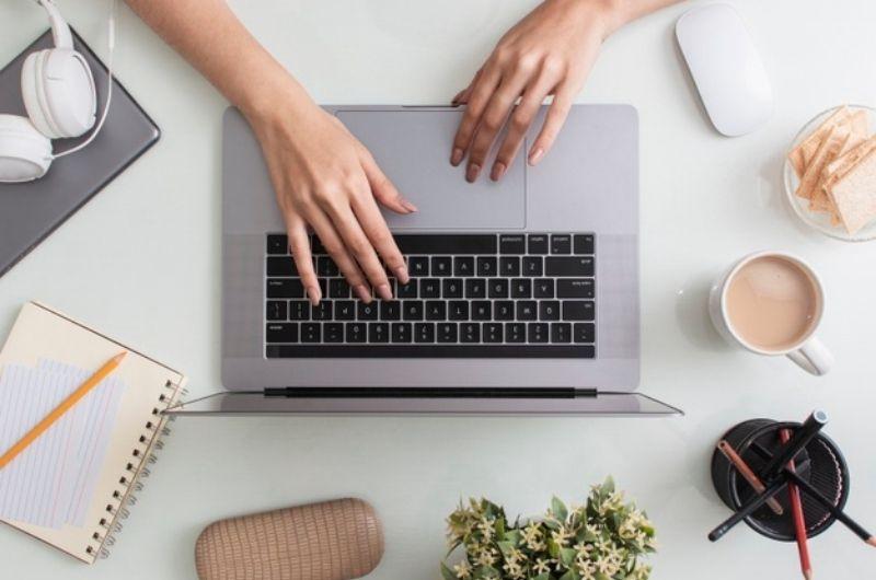 Virtuelni asistent radi za kompjuterom